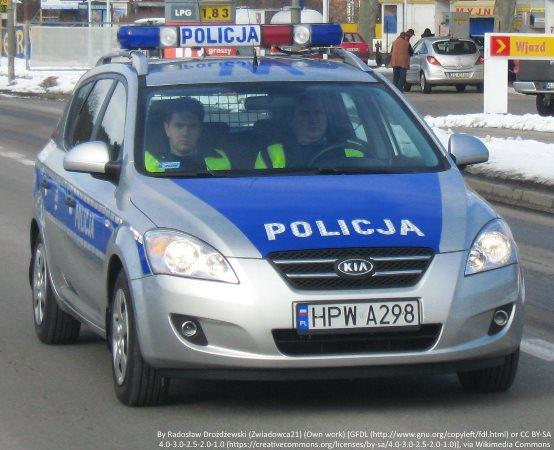 Policja Gorzów Wielkopolski: Kartony pełne zakrętek, twarze pełne uśmiechów - policjanci zbierali zakrętki dla 14-letniej Wiktorii